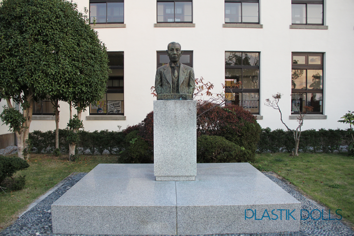 A bust of Toyosato's founder made it to the fictional anime version. The bust was seen throughout the entire series.